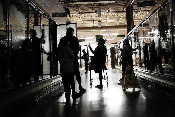 Uno de los pcoos supermercados abiertos en la ciudad de Naples, Florida, atendía a los clientes en semipenumbra.