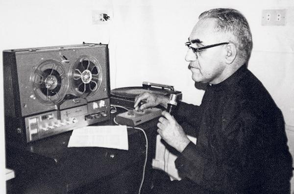 Reproducción de una imagen sin fecha que muestra a monseñor Romero durante la guerra civil salvadoreña. La imagen se encuentra en el Centro Histórico Monseñor Romero en San Salvador, El Salvador.
