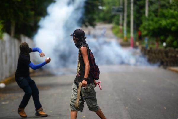 Un joven se enfrenta a paramilitares en el barrio Monimbó, en la ciudad de Masaya. Foto: AFP