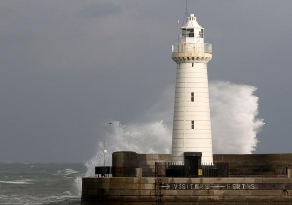 Olas golpean un faro en Donaghadee, en Irlanda del Norte, frente a las costas del mar Irlandés.