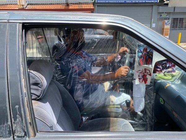 Marcelo Umaña innovó durante la crisis sanitaria en Alajuelita. Él le ofrece servicio de transporte a los habitantes del cantón. Foto: F. Matarrita
