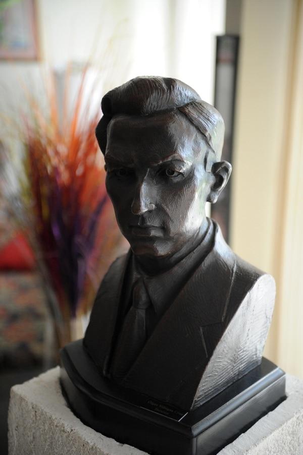 Busto de Carlos Luis Collado realizado por Olger Villegas. Mismo busto que se encuentra frente a la Escuela Buenaventura Corrales y en Casalechio (Italia).