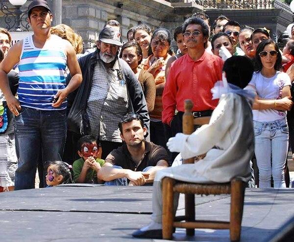 Durante el espectáculo, el público se mantuvo atento. Momento en que una marioneta ejecuta una pieza de 'ballet'.