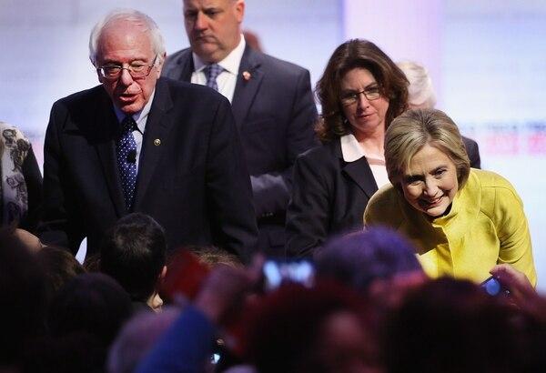 """Hillary Clinton dijo que su adversario Bernie Sanders debería """" hablar con franqueza al pueblo """" respecto a los costos y beneficios de su plan de atención médica."""