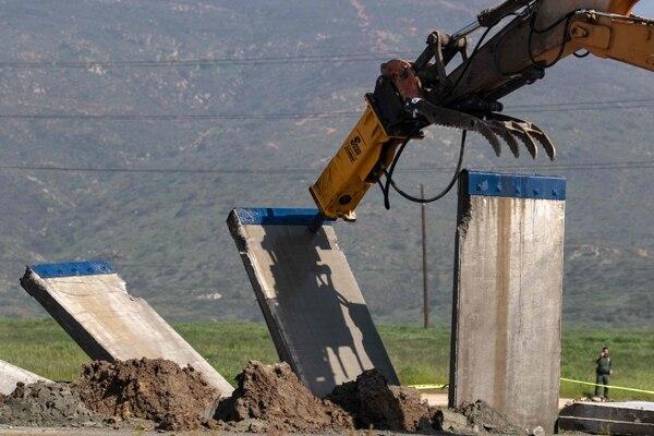 Un prototipo de muro fronterizo fue derribado este miércoles en la frontera de EE. UU. y México, visto desde Tijuana, estado de Baja California, México. Foto: AFP