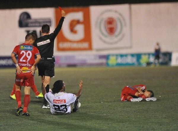 Víctor Núñez reclama luego de que Henry Bejarano le mostrara la roja el sábado en Guápiles.   MANUEL VEGA