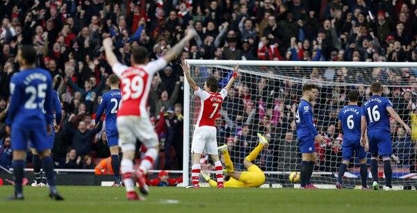 Tomas Rosicki celebra una de las anotaciones con las cuales el Arsenal triunfó 2-0 frente al Everton en jornada de Premier League.