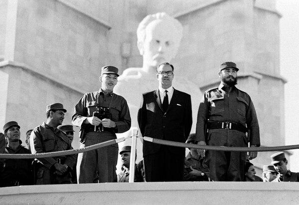 Fidel Castro (derecha), entonces primer ministro; Raúl Castro, ministro de Defensa, y Osvaldo Dorticós, presidente, observando un desfile militar el 2 de enero de 1966 en La Habana