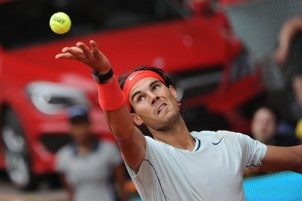 Rafael Nadal realizó ayer miércoles este saque ante el francés Benoit Paire. / AFP