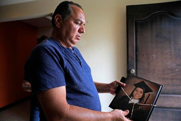 Dowglas Fernández, padre de Andrea Fernández, sostiene un retrato de su hija, días después de que se diera a conocer que ella murió estrangulada. Foto: Archivo/ Mayela López