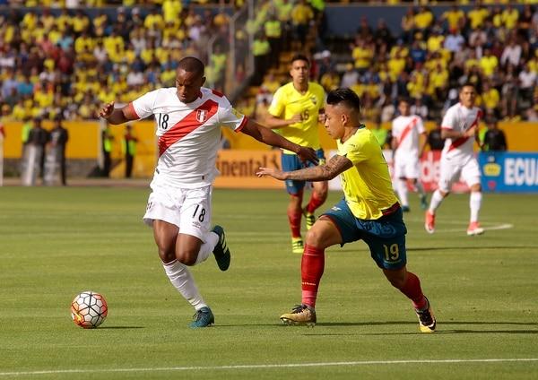 El ecuatoriano Cristian Ramírez (derecha) marca al peruano Andre Carrillo.