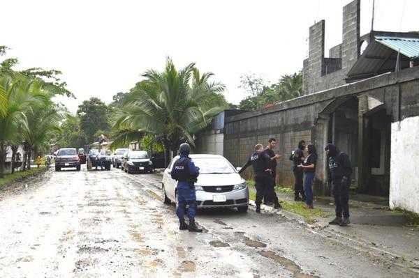 Los operativos fueron realizados en casas ubicadas en los barrios limonenses Los Lirios, Limoncito, Río Banano y Moín. Foto: Rául Cascante