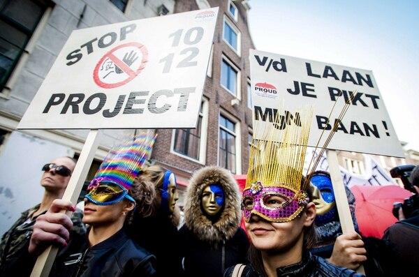 Varias personas se manifiestan en contra del proyecto de ley para que cierren los burdeles en el barrio rojo de Amsterdam