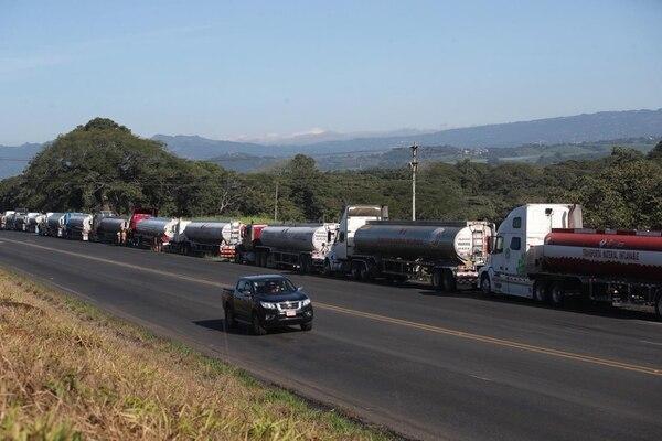 Hasta dos kilómetros de fila de camiones en espera de cargar combustible en el plantel de Recope de La Garita. Fotografía: John Durán