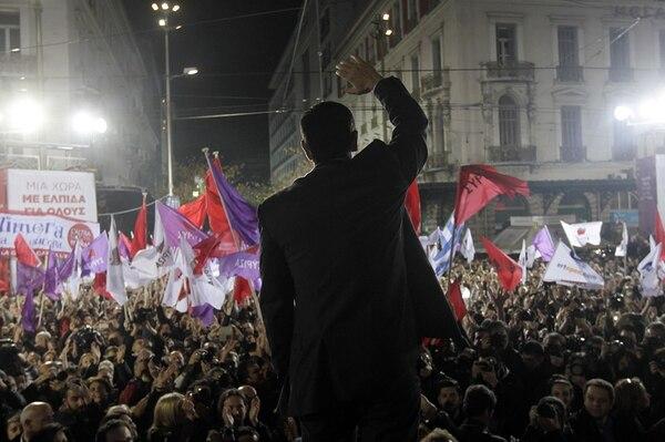 El candidato del partido de izquierda Syriza, Alexis Tsipras, saluda a sus seguidores durante una concentración previa a las elecciones del domingo en Grecia. Syriza promete renegociar el rescate internacional a la economía griega que ha impuesto cinco años de austeridad al país.   AFP