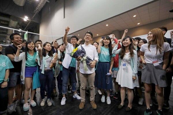 Nathan Law (centro), del partido Demosisto, celebraba el lunes con sus seguidores después de obtener un esñao en el Consejo Legislativo de Hong Kong.