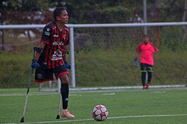 John Gómez practica fútbol para amputados desde el 9 de enero del 2016. Fotografía: Joel López