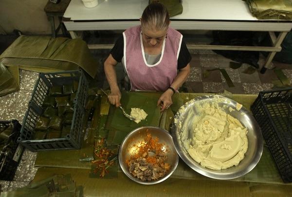 Lucía Gamboa trabaja armando tamales en la fábrica La Vencedora en Aserrí. Ella menciona que entre los productos que más han subido de precio están el mecate, maíz, chile dulce y la carne de cerdo.   MAYELA LÓPEZ