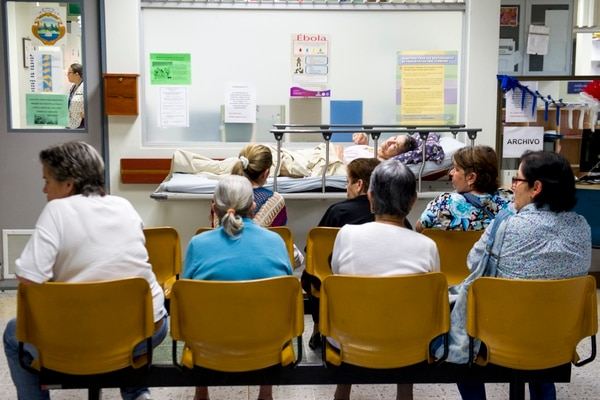 Si el costo de la hospitalización crece entre 4,18% y 8,71%, al 2030, el seguro de salud enfrentará problemas de financiamiento a partir del 2024 y no el 2027, se detalla en el estudio actuarial hecho al sistema. Adultos mayores esperan para ser atendidos en el Hospital Geriátrico Dr. Raúl Blanco Cervantes. Foto: Luis Navarro