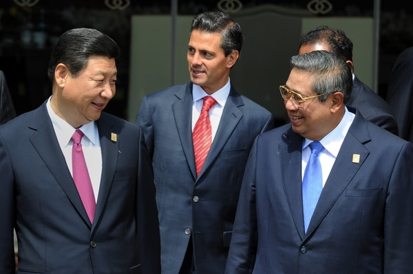 El presidente chino, Xi Jinping (izq.), es protagonista en la cumbre de la APEC ante la ausencia del mandatario estadounidense, Barack Obama. Al centro el presidente de México, Enrique Peña Nieto.