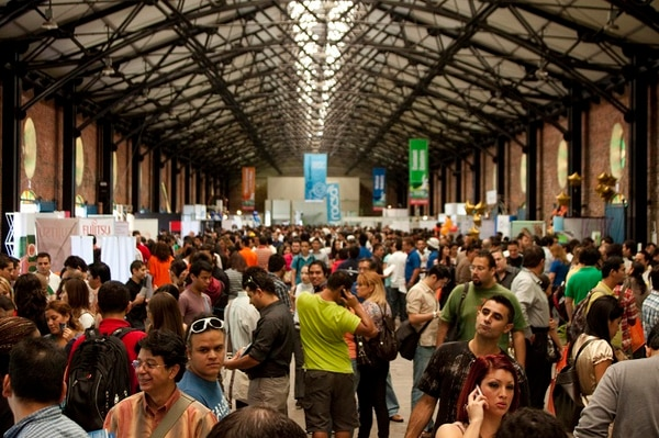 La feria Cinde Job Fair será entre este viernes y el domingo en nueva sede: el Centro de Convenciones de Costa Rica. Aquí la edición del 2017 en la antigua aduana. Foto: Fabian Hernández para La Nación.