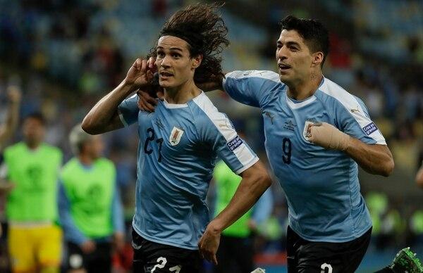 Edinson Cavani (izquierda) celebra con su compañero Luis Suárez después de anotar ante Chile en la Copa América 2019. Fotografía: AP /Leo Correa.