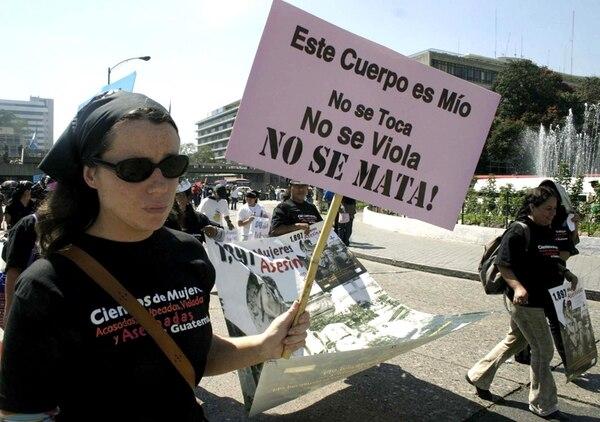 Marcha contra la violencia hacia las mujeres el 25 de noviembre de 2005. Abajo: Soldados enviados a combatir la delincuencia en 2006. | AFP