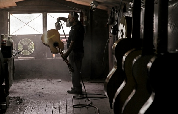 Randall Serrano, uno de los pocos empleados de Guzmán, retoca unas guitarras recién fabricadas.