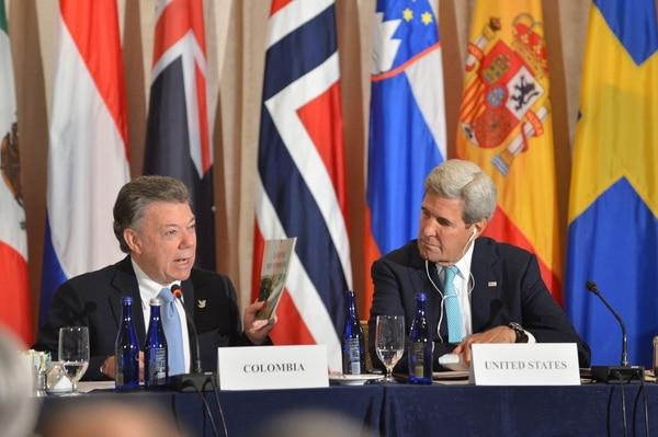El presidente de Colombia Juan Manuel Santos explica al Secretario de Estado de EE.UU., John Kerry, la Iniciativa Global para el Desminado Ministerial de Colombia en el Hotel Palace en Nueva York.