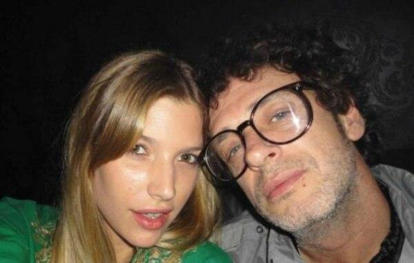 Chloé y Gustavo se conocieron en el verano de 2009, cuando comenzaron una amistad. Meses después se mostraron abiertamente ante el público y cuando ella volvió de hacer una campaña de moda en Sudáfrica, se convirtió en la acompañante del cantante, quien la invitó a la presentación de su disco 'Fuerza Natural', en Mendoza, Argentina.