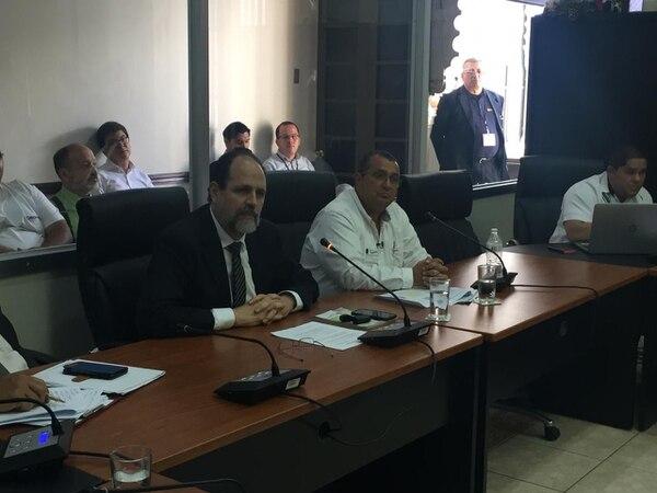 Ennio Rodríguez y Omar Miranda, representantes de Coopesa y Coopelesca, ante los diputados. Foto: Aarón Sequeira.