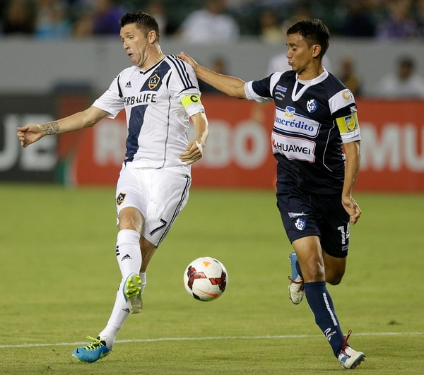 El ariete del Galaxy Robbie Keane pelea la bola con el defensor José Villalobos Chan, del Cartaginés. Los brumosos perdieron por 2-0 en EE. UU.   AP