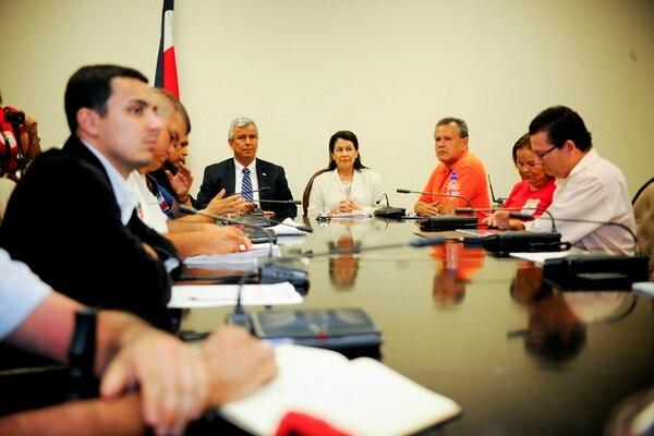 La ministra Mora (izq.) en cita ayer con sindicatos.   MARCELA BERTOZZI