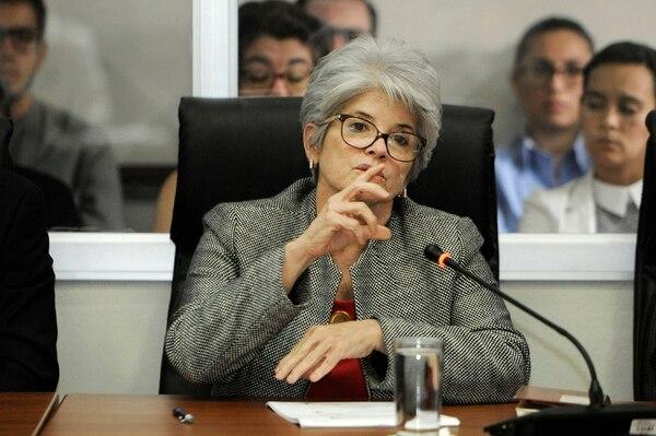 La ministra de Hacienda, Rocío Aguilar, busca convencer a los diputados para que le aprueben al gobierno el proyecto de eurobonos. Foto: Rafael Murillo