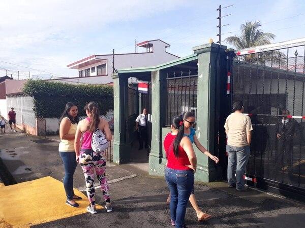 Familiares llevaron a los niños a la Escuela Pilar Jiménez, en Guadalupe, Goicoechea, donde hay clases regulares. Foto Daniela Cerdas.