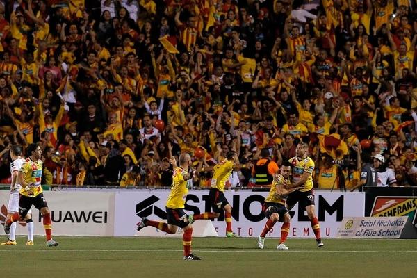 Los jugadores de Herediano y su afición festejaron a lo grande en el tanto de Cubero.