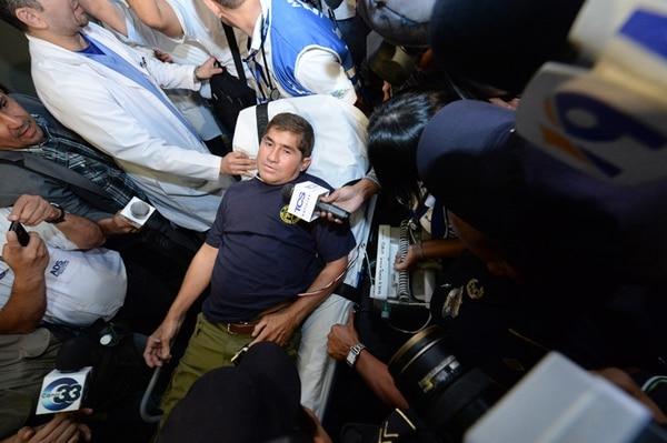 José Salvador Alvarenga recibió preguntas de la prensa el martes en la noche mientras era trasladado a la ambulancia que lo llevaría al hospital. | AFP.