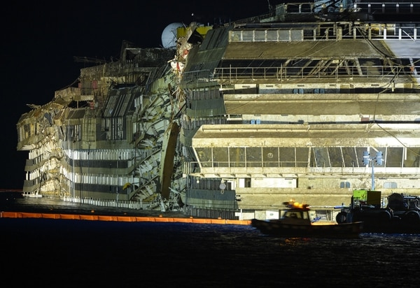 Al salir a flote de nuevo, el Costa Concordia presentaba serios daños materiales tras haber encallado frente a la costa italiana.