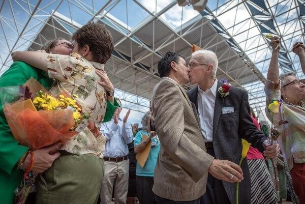 Parejas del mismo sexo abarrotan un despacho legal a esperas de una licencia para casarse, en Nuevo México, el estado número 17 de EE.UU. en aprobar el matrimonio homosexual
