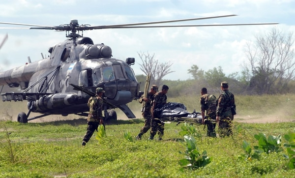 Soldados nicaragüenses durante el rescate de las víctimas de un accidente aéreo, cerca del lago Xolotlán, ocurrido en junio del 2013. Un helicóptero Mi-17 del Ejército fue utilizado en esa operación. | AFP