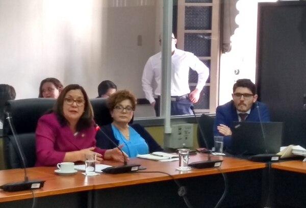 La ministra de Educación, Giselle Cruz (izquierda) compareció este jueves en la Asamblea Legislativa donde dio un apoyo claro a la prueba de idoneidad para los docentes. Fotografía Juan Fernando Lara S.