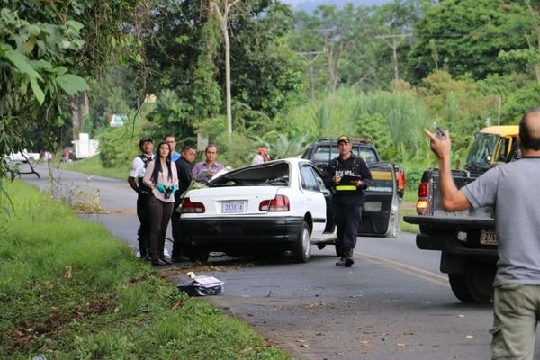 La víctima quedó prensada en la parte delantera del carro luego del violento choque con el árbol. Foto: Reiner Montero