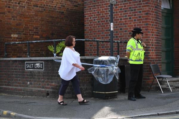 Un oficial de la Policía custodiaba -este jueves 5 de julio del 2018- un sector acordonado en Amesbury, cerca de la ciudad inglesa de Salisbury, donde se investiga el caso de dos envenenamientos con un agente químico.