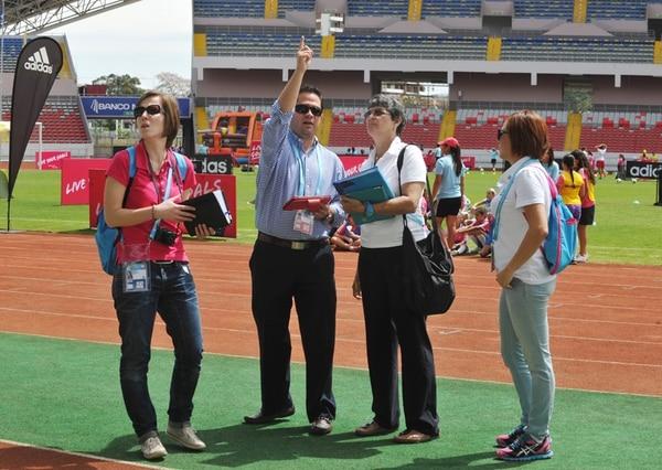 Yolanda Camacho (tercera) en la inspección inicial del Estadio Nacional, el 8 de marzo. Con ella la alemana Katharina Wistel, de FIFA; el guatemalteco Juan Pablo Reynodo, de Concacaf; y Mercedes Mora, del COL. | MANUEL VEGA