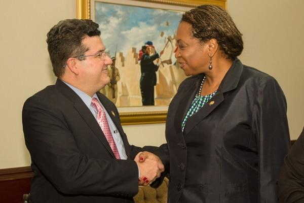 Maureen Clarke, del PLN, preguntó a Sergio Alfaro, ministro de Presidencia, el alcance del acuerdo FA-PAC en lo fiscal.   ROBERTO CARLOS SÁNCHEZ.