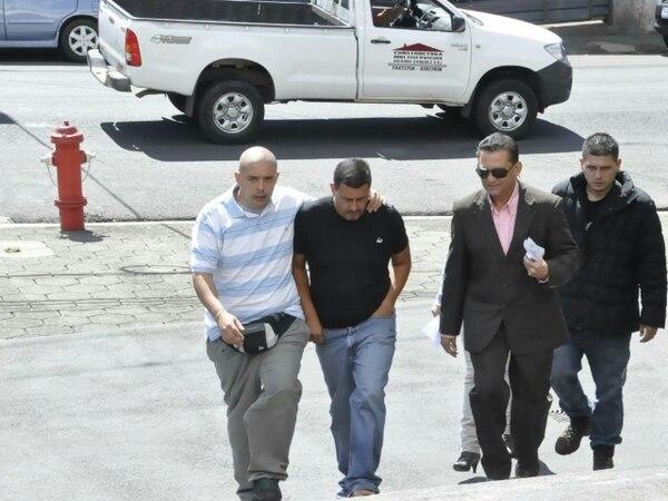 El sospechoso llegó ayer a los tribunales acompañado de su hermano y su abogado.   FRANCISCO BARRANTES