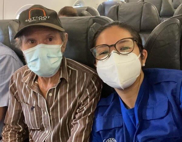 Don Rafael Ángel junto a la doctora que lo acompañó en su vuelo rumbo a Costa Rica la mañana de este 10 de mayo. Cortesía para LN.