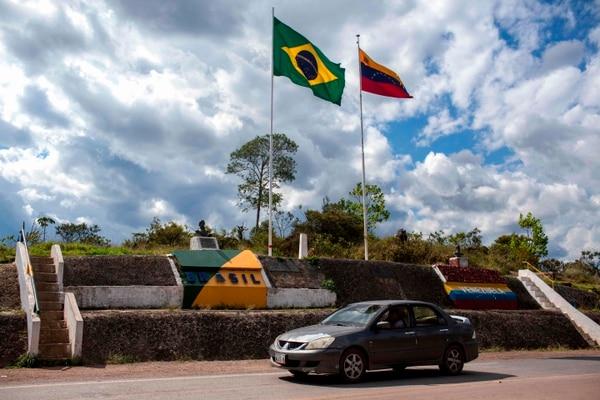 Foto de archivo del 27 de febrero de 2018 en la frontera Brasil-Venezuela en Pacaraima, Roraima, Brasil. Una corte federal brasileña ordenó el 5 de agosto de 2018 un bloqueo a los venezolanos que cruzan la frontera desde su país que implosiona económicamente, pero el lunes no hubo indicios de que la suspensión estuviera en vigencia. Foto: AFP