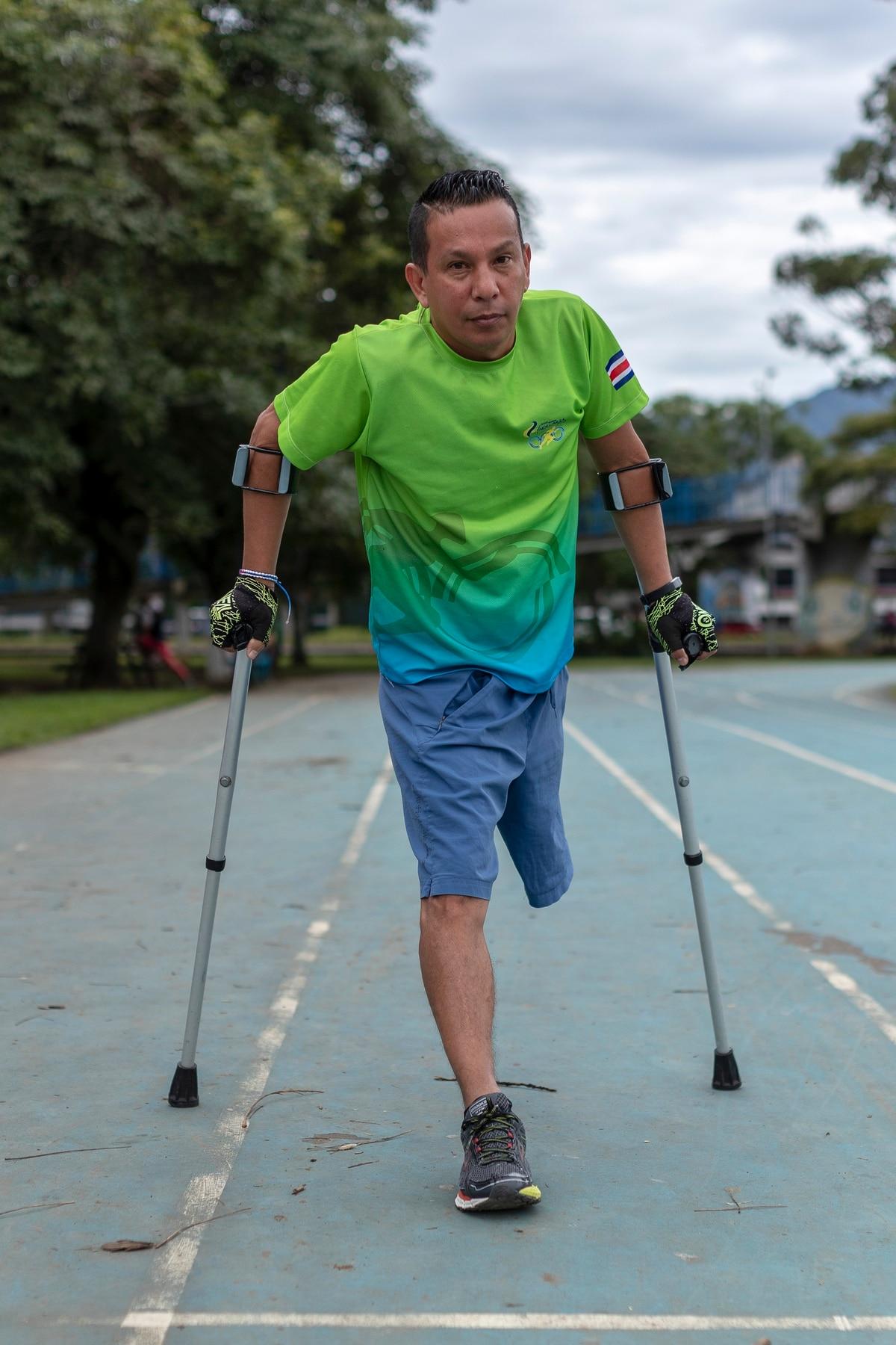 Iván Rodríguez aprendió a correr con muletas a finales del 2017, hoy corre medias maratones y es parte del equipo de San Francisco de Dos Ríos. Foto: José Cordero