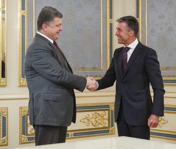 El secretario general de la OTAN, Anders Fogh Rasmussen (d), estrecha la mano del presidente ucraniano, Petró Poroshenko, durante su reunión en Kiev, Ucrania, hoy, jueves 7 de agosto de 2014
